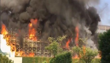 Крупный пожар охватил склад молочных продуктов в Японии
