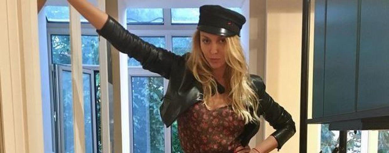 В кепке и с откровенным декольте: Оля Полякова записала интересное видео для поклонников