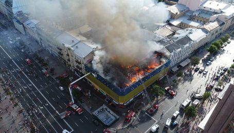 На Хрещатику гасять пожежу у будівлі біля Печерського суду