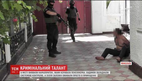 У Миколаєві правоохоронці виявили наркопритон, яким керувала 71-річна жінка