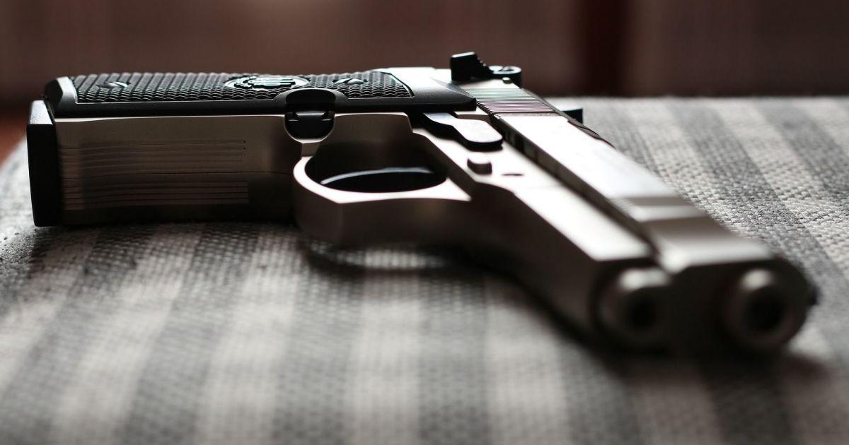 У Херсоні серед білого дня відкрили стрілянину поблизу супермаркету, є поранені