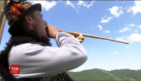 От цимбал до трембиты: 19-летний виртуоз собрал коллекцию с десятками народных инструментов