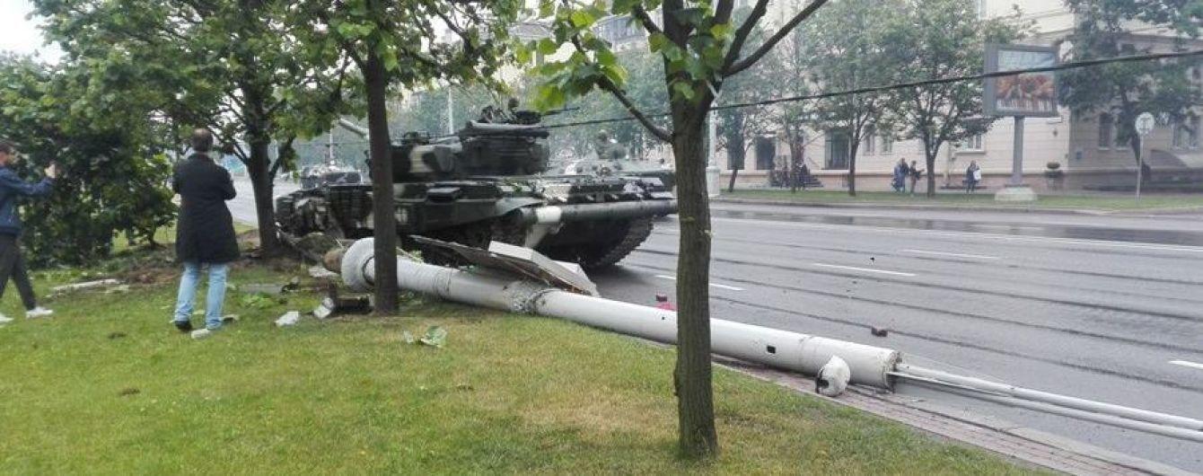 В Минске во время репетиции парада танк на скорости сбил столб