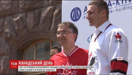 К 150-летию независимости Канады в центре Киева сыграли в хоккей на асфальте