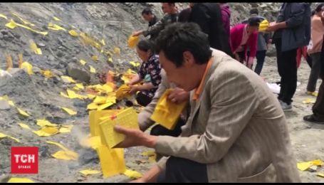 У Китаї селяни не припиняють пошуки зниклих після зсуву гори людей