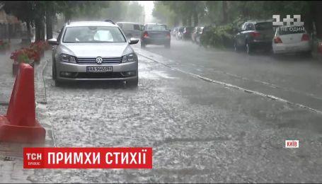 Мощный ливень в столице затопил улицы и усложнил движение авто