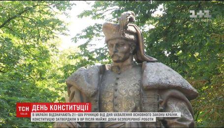 Петр Порошенко возле памятника Пилипу Орлику вспомнил день принятия закона о Конституции