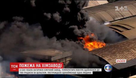В Бразилии загорелся химический завод
