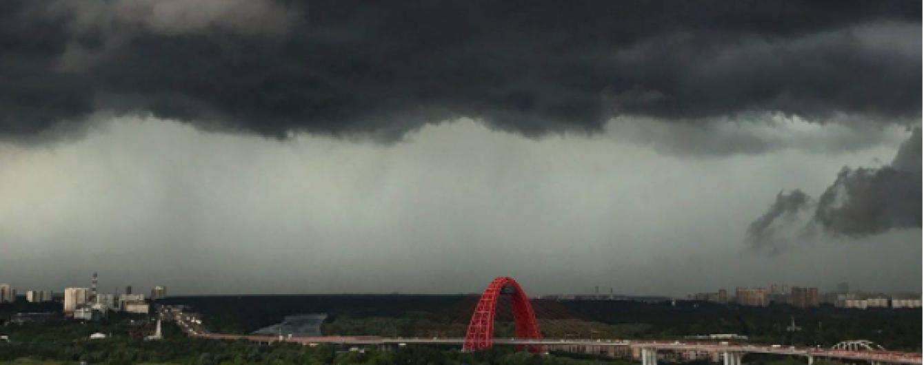 Потужний шторм у Москві: постраждало вже 16 людей, в місті вітер завалив понад тисячу дерев