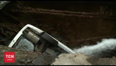 В США припаркованное авто провалилось в огромную дыру в асфальте