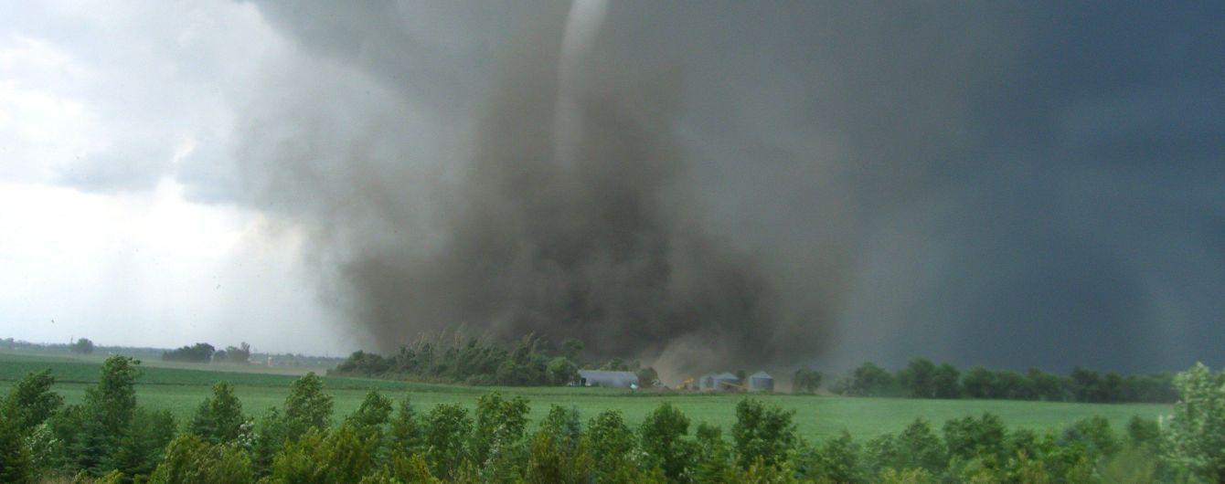 Жертвы, разрушенные дома, деревья и машины в воздухе. Китаем пронесся убийственный торнадо