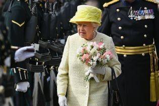 В желтом платье и необычной шляпе: королева Елизавета II прибыла с визитом в Шотландию