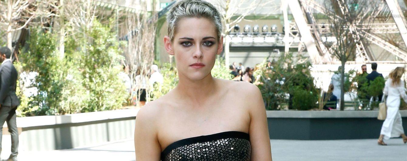 Редкое зрелище: Кристен Стюарт в блестящем наряде и на каблуках пришла на показ Chanel