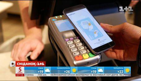 Правительство сняло ограничения на расчеты с помощью смартфонов и отменило пенсионный сбор