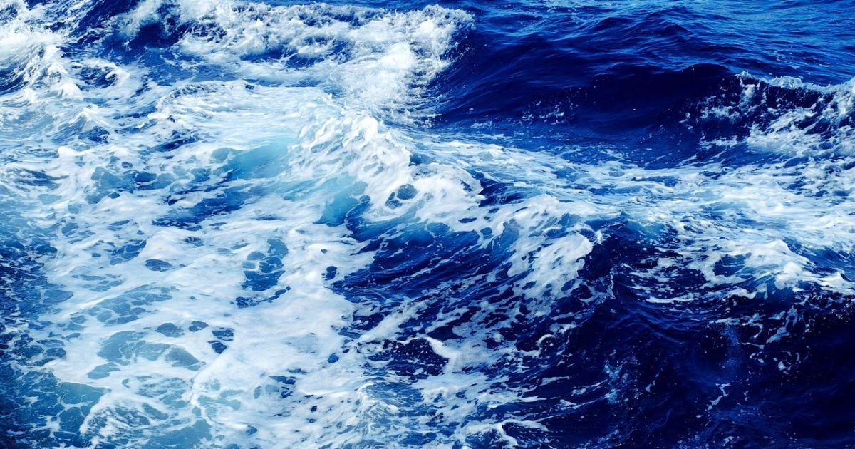 В Тихом океане нашли семерых человек, которые спаслись во время кораблекрушения и четыре дня жили без воды