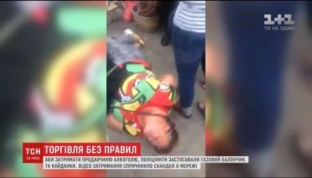 В Киеве полиция задержала продавщицу алкоголя с помощью газового баллончика и наручников