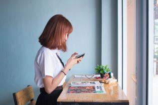 В Китае молодая женщина ослепла на один глаз после непрерывной игры на смартфоне в течение дня