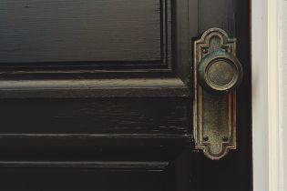 У Сумах копи вночі виламали двері квартири через гучний дитячий плач