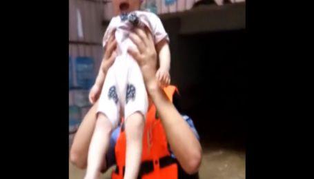 Полицейский на голове вынес маленького мальчика с водяной ловушки в Китае