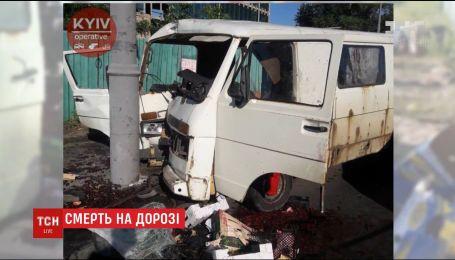На Подоле микроавтобус с четырьмя людьми в салоне влетел в столб, есть погибшие