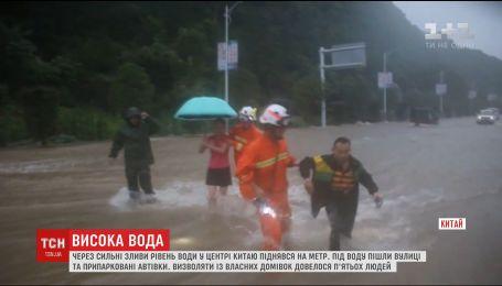 Синоптики оголосили жовтий рівень небезпеки у деяких регіонах Китаю через потужні зливи