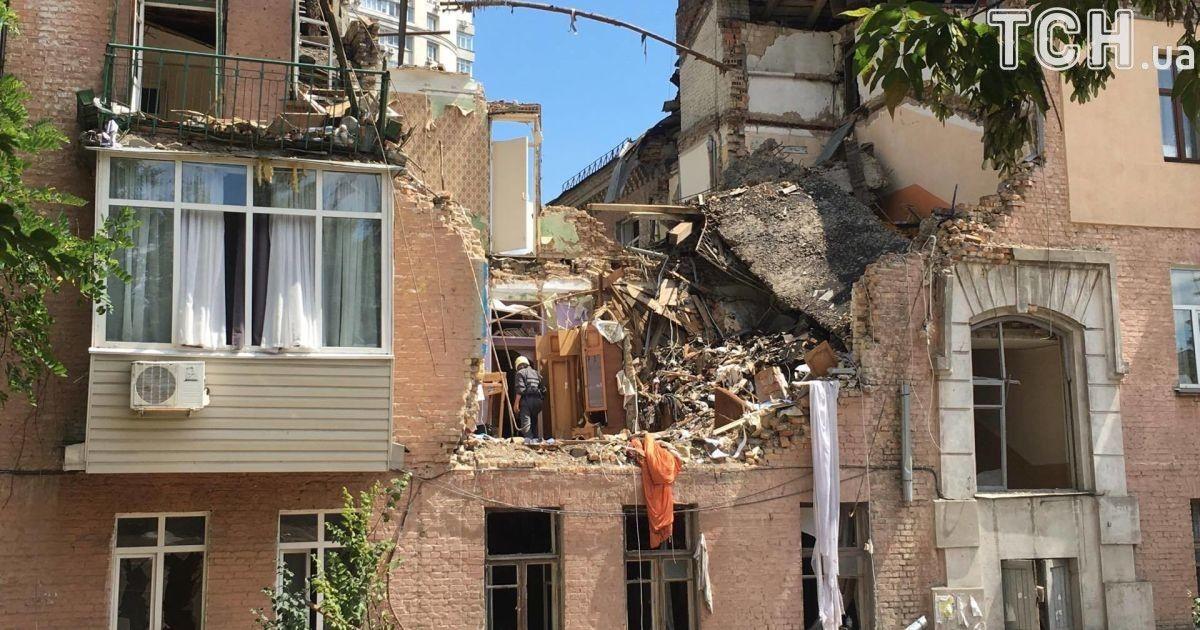 Жильцы ищут уцелевшие вещи на развалинах дома
