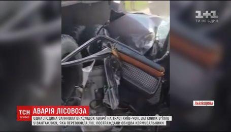 На Львівщині автівка зіткнувся з вантажівкою, яка везла ліс