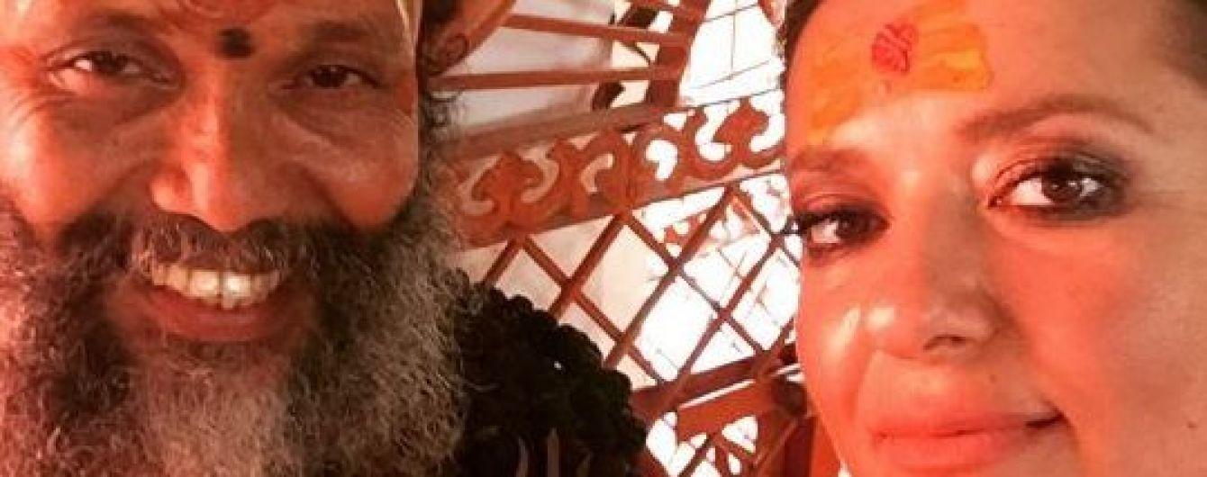 Индийский уикенд: Могилевская в сари показала своего учителя
