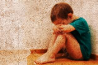 На Хмельнитчине более двух лет женщина жестоко бьет свою мать и трех малолетних детей