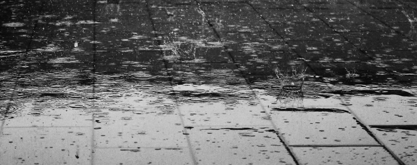 Атака стихії: у Луцьку потужна злива із градом валить дерева і затоплює вулиці