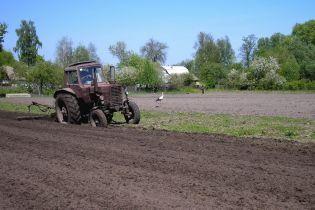 Нардепи подовжили дію мораторію на продаж сільгоспземель в Україні