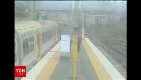 В Австралії поліція покарала чоловіка, який на поїзді перевозив холодильник та диван