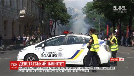 Дымовая завеса и смерть на ходулях: в центре Киева одновременно происходят несколько митингов