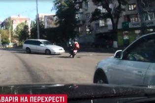 Кількаразове сальто: у Києві легковик підняв у повітря мотоцикліста