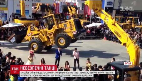 В Китае на выставке техники рядом со зрителями станцевал 17-тонный бульдозер