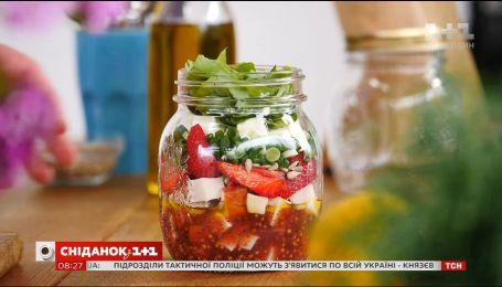 Салат з куркою та полуницею – рецепти Сенічкіна