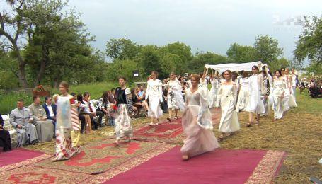 Екатерина Осадчая допросила звезд на показе одежды Оксаны Караванской