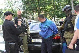 У Вінниці троє злочинців зі стріляниною пограбували ювелірний магазин, є поранений