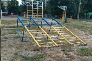 На Киевщине на школьном дворе 9-летнего мальчика чуть не убил металлический турник