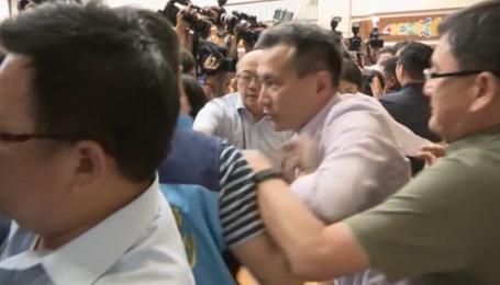 Депутати тайванського парламенту влаштували масову бійку просто під час засідання