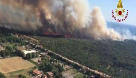 В Італії білий дим від пожежі соснового лісу розтягнувся на кілька кілометрів