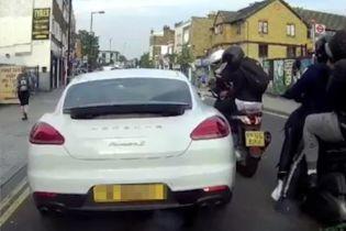 В Лондоне вооруженная банда на мопеде ограбила водителя Porshe просто в пробке