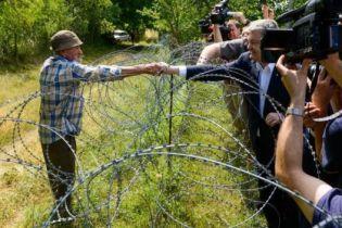 Во время визита в Грузию Порошенко через колючую проволоку пожал руку грузину на оккупированной РФ территории