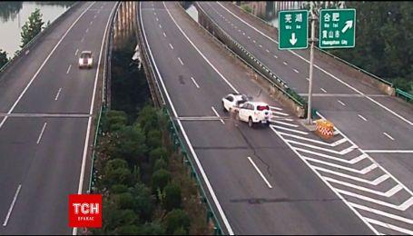 В Китаї камери відеоспостереження зафільмували жахливу аварію