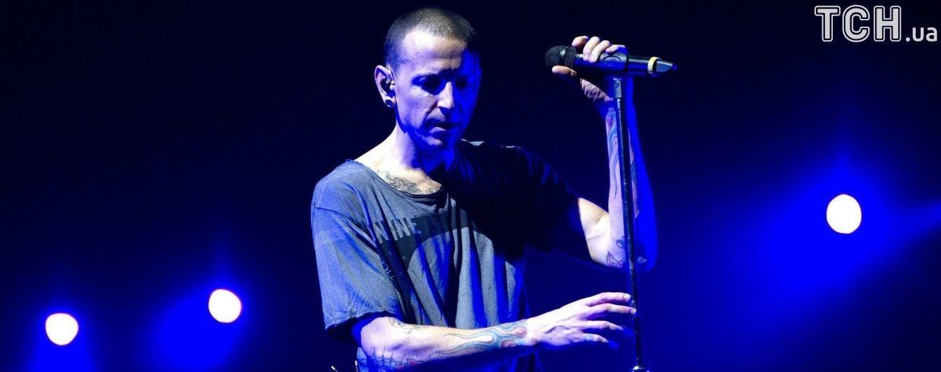 Шанувальники несуть квіти до будинку лідера Linkin Park, де він вчинив самогубство