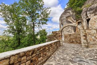 Туристи їдуть до вінницького Афона подивитися на загадкові черепи та напитися з цілющого джерела