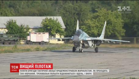Пілоти бригади тактичної авіації провели показові польоти для журналістів