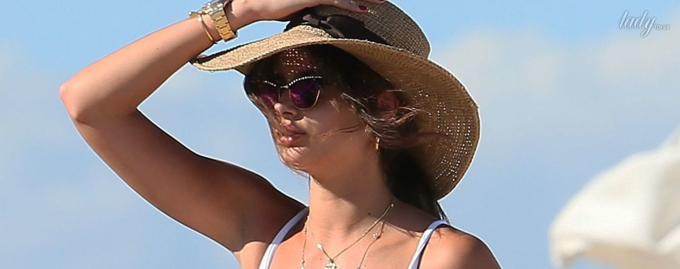 "Без пуш-апа не так эффектна: ""ангел"" VS Тейлор Хилл подловили на пляже в купальнике"