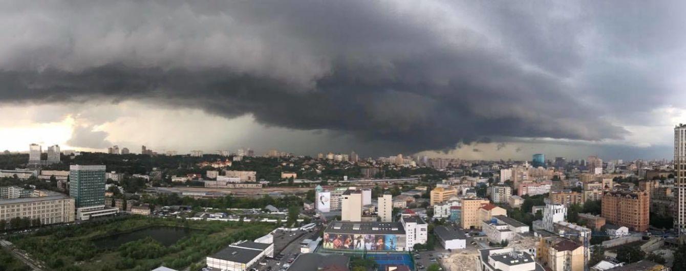 Шалена негода у Києві: вулиці перетворилися на річки, дерево впало на жінку