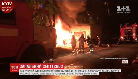 На столичной Куреневке ночью занялся мусоровоз с газовыми баллонами внутри